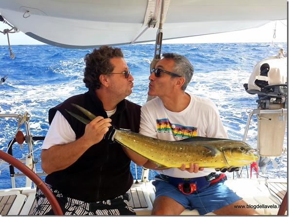 Il consueto rituale dopo la pesca di un pesce